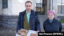 Дмитрий Бердников с иконой