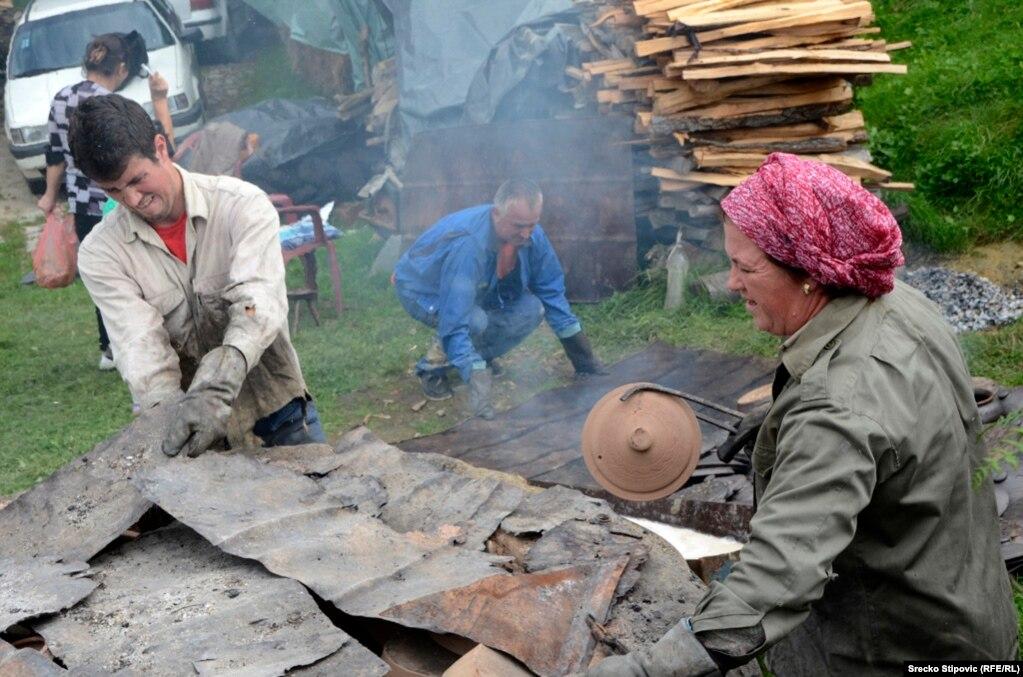Bosnia-Herzegovina - Potters, Lijeseva, Visoko, undated