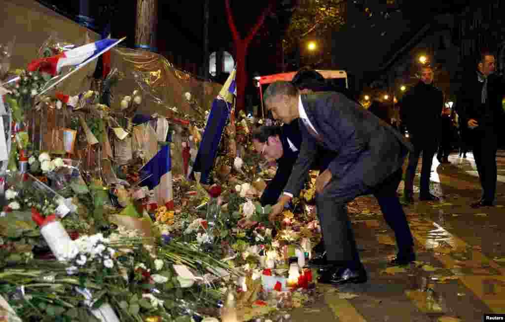 Прэзыдэнты Францыі і ЗША Француа Алянд і Барак Абама ўскладаюць 29 лістапада кветкі на імправізаваным мэмарыяле ахвяраў парыскіх тэрактаў. (Reuters/Kevin Lamarque)