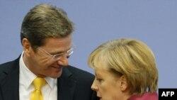 آنگلا مرکل در کنار گیدو وستروله، وزیر خارجه جدید آلمان