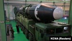 Лідер Північної Кореї Кім Чен Ин розглядає нещодавно розроблену міжконтинентальну балістичну ракету Hwasong-15