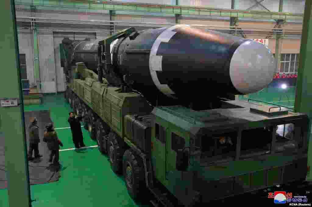 Кіраўнік КНДР Кім Чэн Ын разглядае балістычную ракету, якая нібытаможа дасягнуць любога пункту на кантынэнтальнай тэрыторыі ЗША.