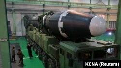 Shimoliy Koreyada yasalgan ballistik raketani mamlakat rahbari ko'zdan kechirmoqda.