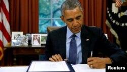 2 ноября 2015 года президент США Барак Обама подписывает двухпартийный законопроект о бюджете, который с этого момента становится законом