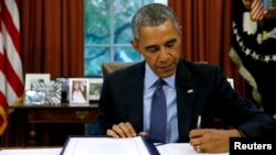 Президент США Барак Обама подписывает законопроект о бюджете. 2 ноября 2015 года.