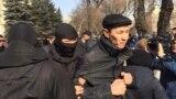 Утром 27 февраля у офиса филиала партии «Нур Отан» в Алматы собрались десятки людей.