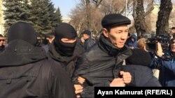 В Алматы полиция задержала десятки людей