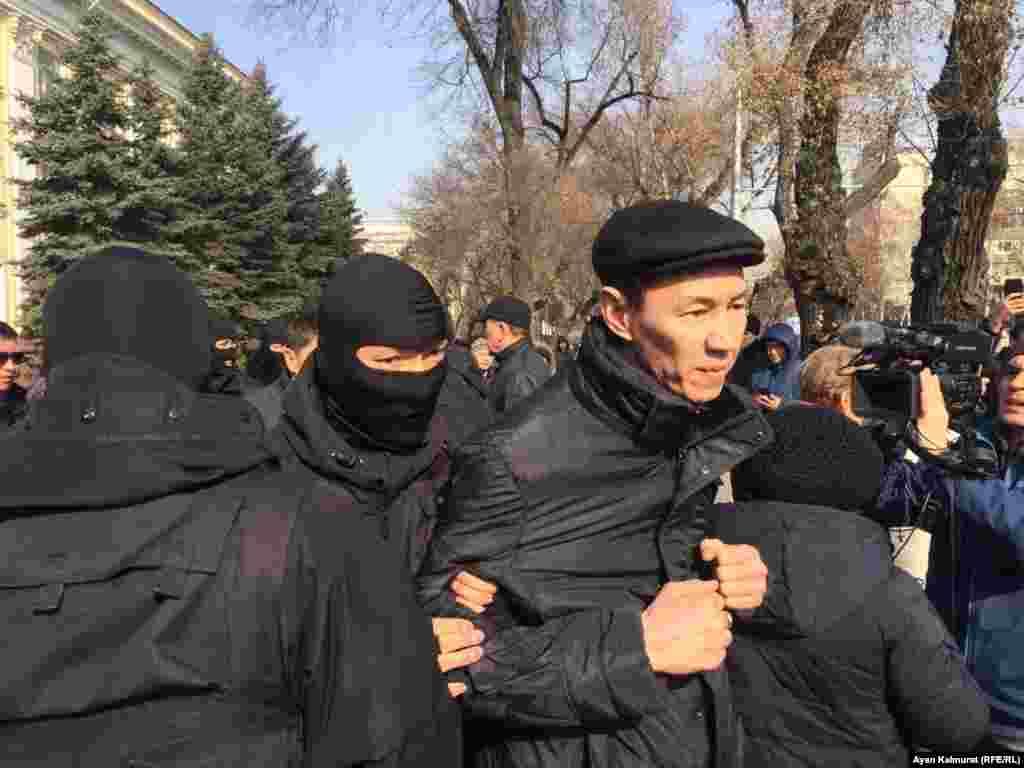 Спустя короткое время полицейские и сотрудники спрецподразделений в масках начали задерживать людей у офиса партии «Нур Отан» в Алматы.