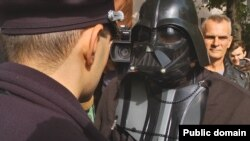 Ukraynada naməlum seçki namizədi - Darth Vader kostyumunda.