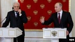 Владимир Путин выступает на пресс-конференции после встречи с президентом Италии Серджо Маттареллой.