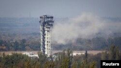 Pamje e pirgut të kontrollit të fluturimit në aeroportin e Donjeckut pas një sulmi me predhë