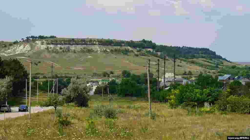 Над Приятным Свиданием возвышается плато Внутренней гряды Крымских гор