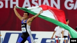 احسان حدادی در بازی آسیایی ۲۰۰۶ دوحه قطر با پرچم ایران دور افتخار می زند.