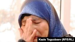 Kazakhstan/Uzbekistan - Refugees. Migrant. Migration. Extradition. Uzbek refugee wife Gulnora Kodirova cries telling about tortures, Almaty, 13Dec2010.