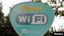 Illýustrasiýa suraty. Stambulyň bir parkynda erkin Wi-Fi zonasy barada habar berýän bellik.