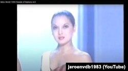 Әсел Құрманбаева 1999 жылы Лондонда өткен Miss World конкурсында. Видеодан алынған скриншот.