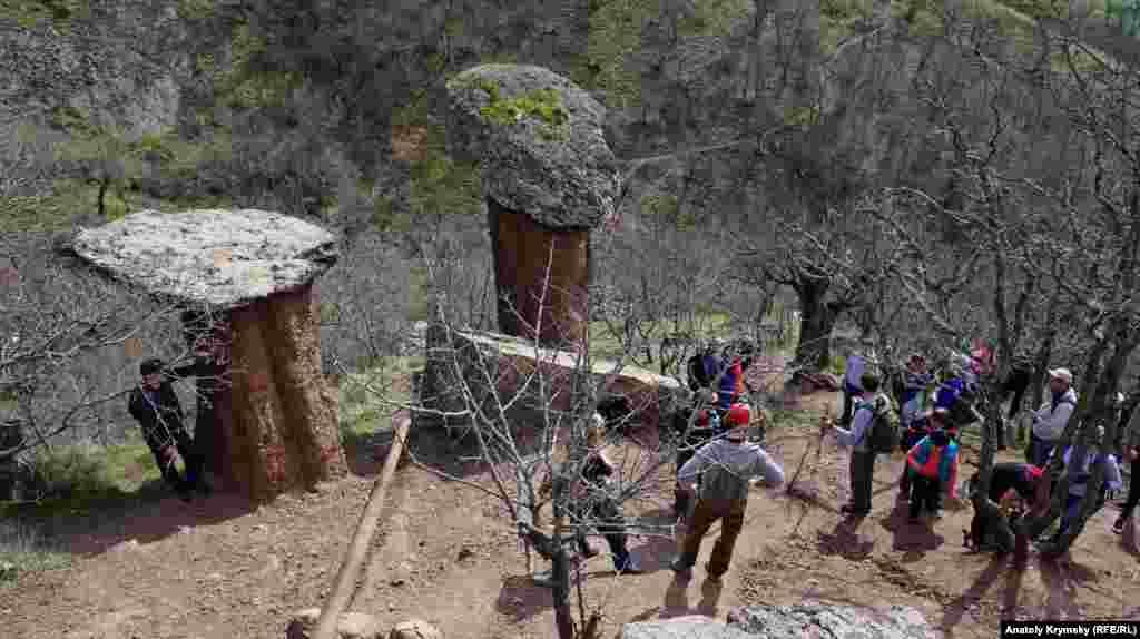 Біля «грибів» туристи роблять нетривалий привал