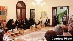 میرحسین موسوی در جمع دوستان و آشنایان خود (عکس از سایت پارسینه)