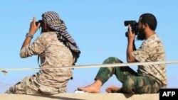 نیروهای هوادار دولت وحدت ملی لیبی (در تصویر) درگیر نبردهای زمینی با داعش در شهر سرت هستند