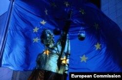 Zastava EU i Statua pravde - ilustracija