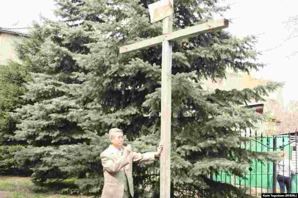 Павел (в миру Анатолий) Кан у распятия, символизирующего крест, на котором, по христианскому учению, был казнен Иисус Христос. Алматы, 31 марта 2013 года.