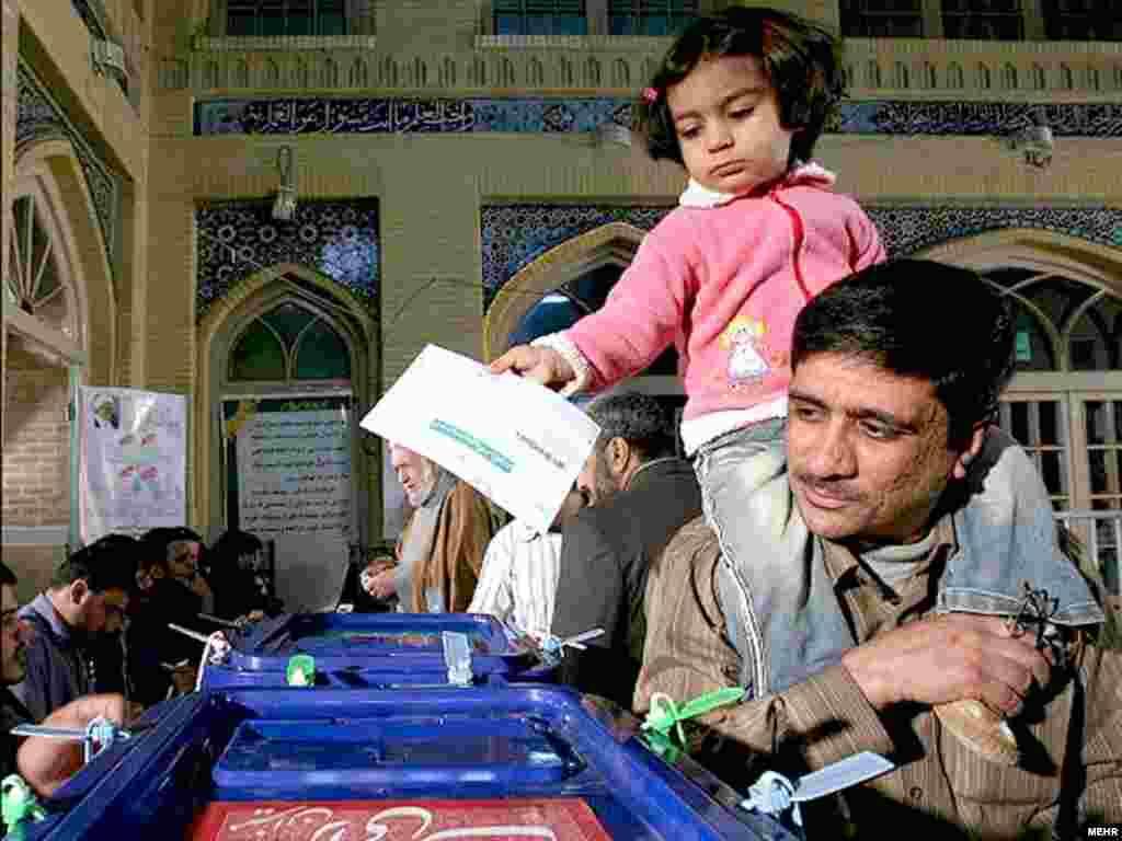 یکی از حوزه های رای گیری در تهران. عکس از ایسنا