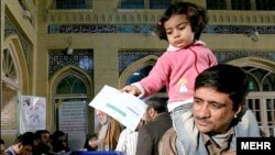 وزارت کشور ايران اعلام کرده است که نتيجه دور دوم انتخابات مجلس را تا روز يکشنبه هشتم ارديبهشت ماه اعلام می کند. (عکس: مهر)