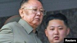 کیم جونگ-ایل (چپ)، رهبر کره شمالی و پسرش کیم جونگ-اون.