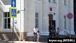 Родители севастопольских первоклассников ждут приема у входа в гимназию №1