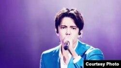 Димаш Кудайберген выступает на конкурсе I Am a Singer в Китае.