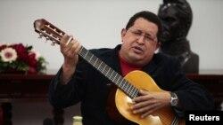 Prezident Ugo Çawes paýtagt Karakasda hökümet maslahatynda gitara çalyp, aýdym aýdýar. Karakas, 20-nji sentýabr, 2012.