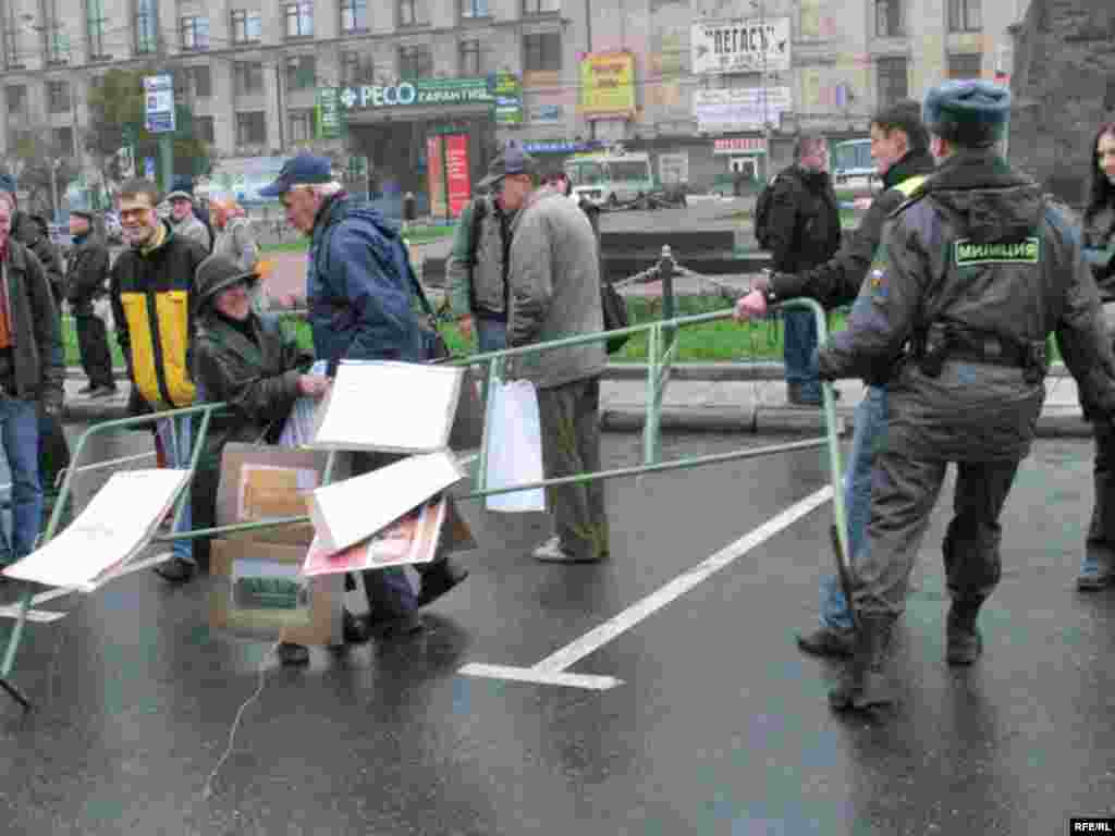 Митинг в поддержку выдвижения Владимира Буковского на пост президента России. Милиция отбирает у манифестантов ограду, на которой те пытались развесить плакаты.