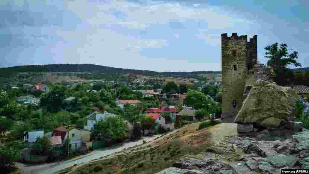 Стіни вінчали зубці, надійно оберігали гарнізон від обстрілу. У зовнішньому поясі оборони фортеці розташовувалося 14 веж на Фортечний горі та одна – в районі порту. Дванадцять з них досі височіють над стінами, одна стоїть окремо, а від двох залишилися тільки фундаменти.  До фортеці вели троє воріт, до наших днів дійшли лише Головні