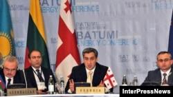 Վրաստանի վարչապետ Նիկա Գիլաուրին ելույթ է ունենում Բաթումիի էներգետիկ գագաթնաժողովին, 14-ը հունվարի, 2009