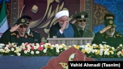 Архивска фотографија- иранскиот претседател Хасан Рохани со воените власти командантите Мохамад Багери и Хосеин Салам