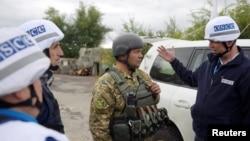 Представники ОБСЄ і український військовий у Золотому напередодні розведення сил, фото 26 вересня 2016 року