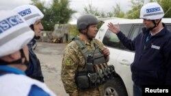 Представники спостережної місії ОБСЄ спілкуються з українським військовим біля Золотого на Луганщині, вересень 2016 року