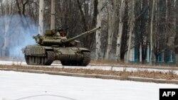 Ուկրաինա - Ռուսական արտադրության T-72 տանկը ժամանում է Դոնեցկի օդանավակայանի մերձակայքից, նոյեմբեր, 2014թ․