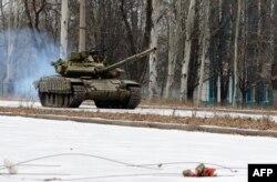 Танк Т-72, предположительно, прибывший из России, в Донецкой области