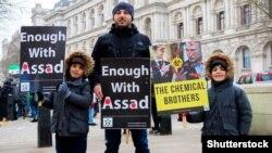 Во время акции протеста в столице Великобритании против режима Башара Асада в Сирии и режима Владимира Путина в России. На акции был плакат с изображением двух «химических братьев» Асада и Путина. Лондон, 17 марта 2018 года