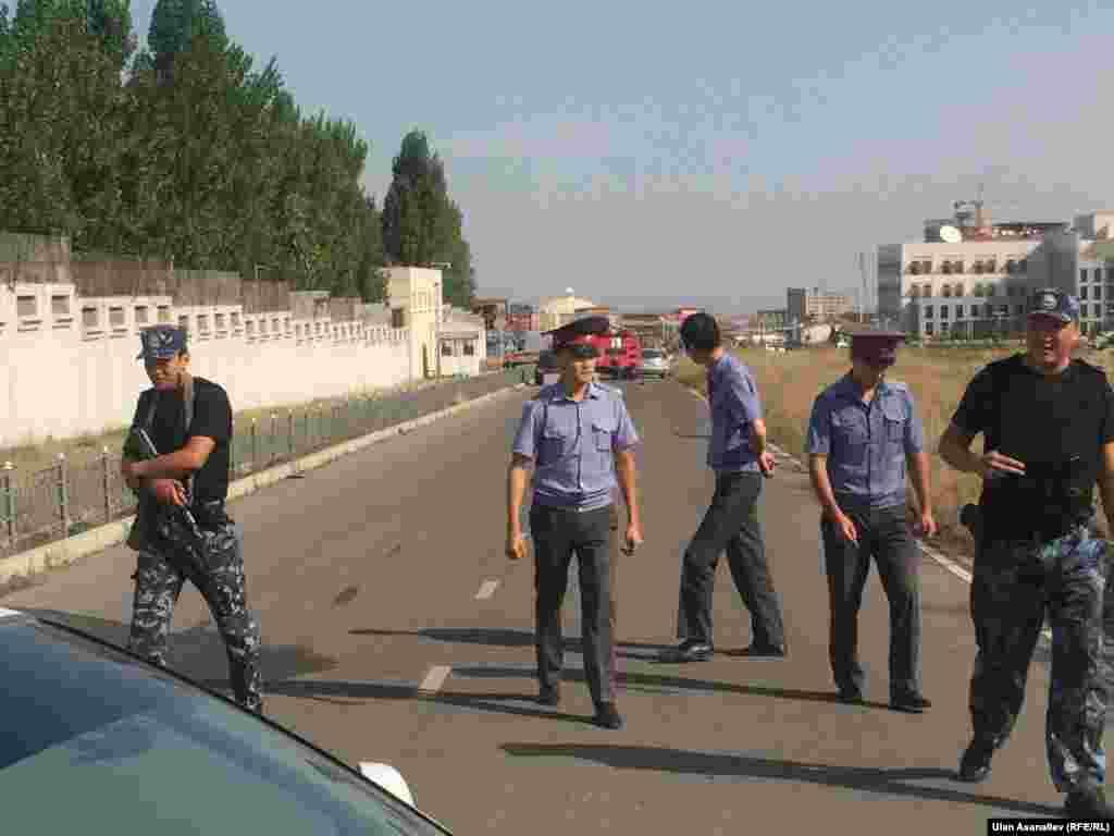 На место происшествия прибыл вице-премьер Кыргызстана Жениш Разаков.