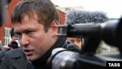 Russia -- Opposition activist Leonid Razvozzhayev gives an interview to journalists outside the Investigative Committee in Moscow, 23Oct2012