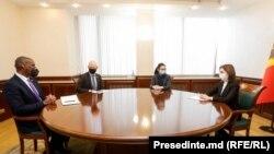 Președintele Republicii Moldova, Maia Sandu, la o întrevedere cu ES Dereck J. Hogan, ambasadorul Statelor Unite ale Americii în R. Moldova, și noul șef al Misiunii USAID la Chișinău, Scott Hocklander