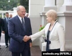 Александр Лукашенко и Даля Грибаускайте. Мимолетное рукопожатие президентов Беларуси и Литвы в 2011 году - в целом отношения между ними были напряженными.