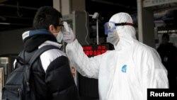 Перевірка температури тіла громадянина в Пекіні, Китай, 28 січня 2020 року