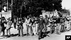 შტურმის მომდევნო დღეს, აიათოლას ერთგული შეიარაღებული მომხრეები თეირანში აშშ-ის საელჩოს წინ დგანან. 1979 წლის 15 თებერვალი. მათ საელჩო რამდენიმე საათით დაიკავეს, თუმცა შეერთებულ შტატებს მალევე დაუბრუნეს.