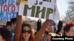 Жители Крыма протестуют против вторжения российских войск. Симферополь, 4 марта 2014 года.