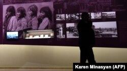 У стенда с архивными фото в музее Геноцида армян. Ереван, 21 апреля 2015 года.