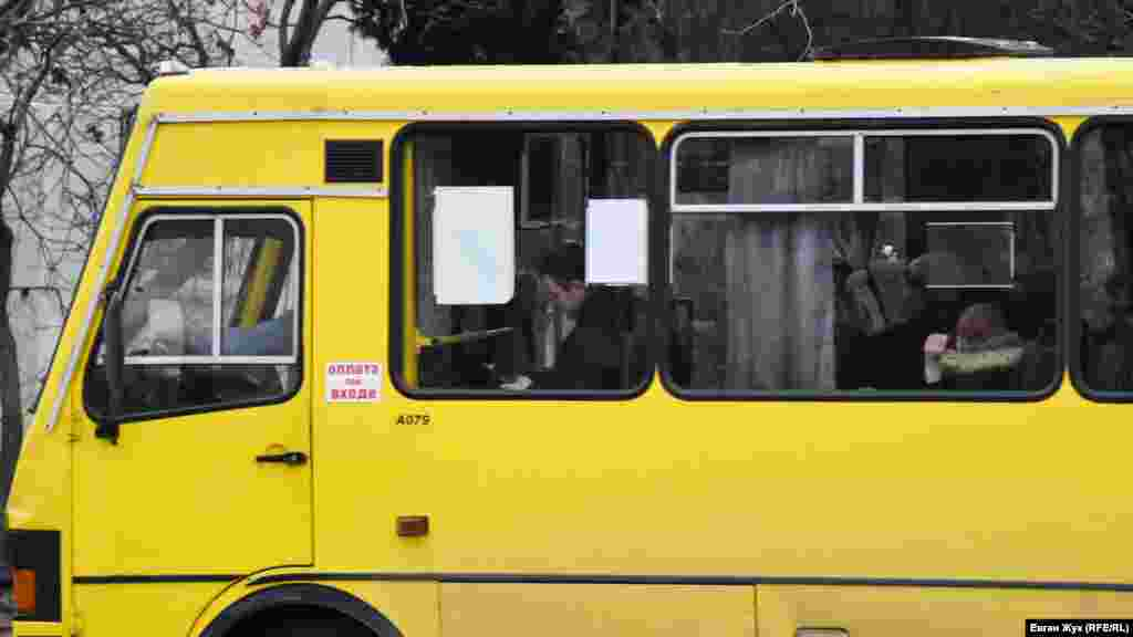 У маршрутному автобусі не всі пасажири в масках