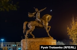 Памятник Эмиру Тимуру. Ташкент, Узбекистан, 30 ноября 2019 года.